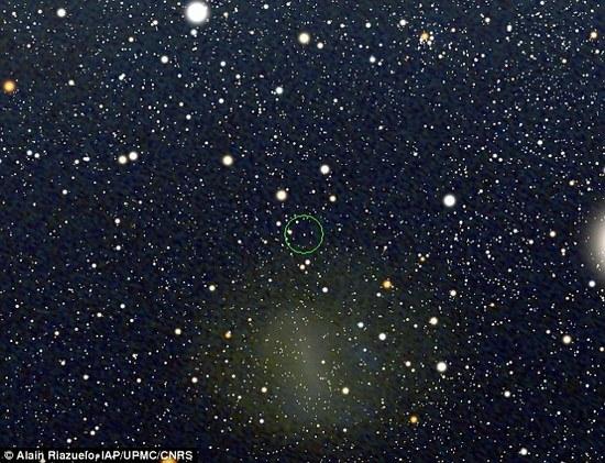 Originalus Didžiojo Magelano Debesies vaizdas, kurio pagrindu buvo nuotraukos su juodąja skyle. Žaliai apibrėžta sritis – hipotetinės juodosios skylės buvimo vieta, kurios vaizdas ir buvo išdidintas.