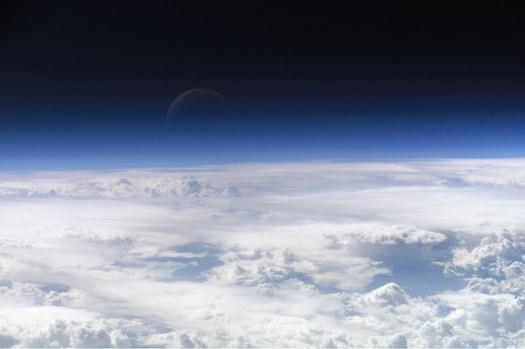 būtent aukštesniuose atmosferos sluoksniuose ketinama išberti saulės spindulius atspindinčias sulfatų aerozolių daleles ©Wikimedia Commons