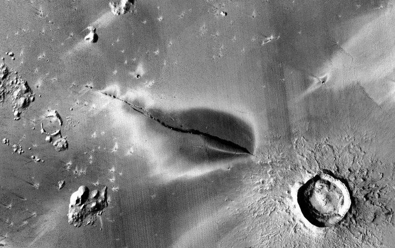 """""""Marsas nemiręs"""" – vulkanizmo Marse ženklai didina galimybę, kad gyvenamos sąlygos ten egzistuoja ir dabar"""