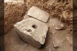 """Surastas išskirtinai retas radinys - 2700 metų senumo tualetas: """"tokius dalykus turėjo tik turtingi žmonės"""" (Video)"""