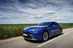 """""""Toyota Mirai"""" parodė, kiek gali nuvažiuoti su pilnais vandenilio bakais - elektromobiliams toks rezultatas sunkiai įkandamas (Video)"""