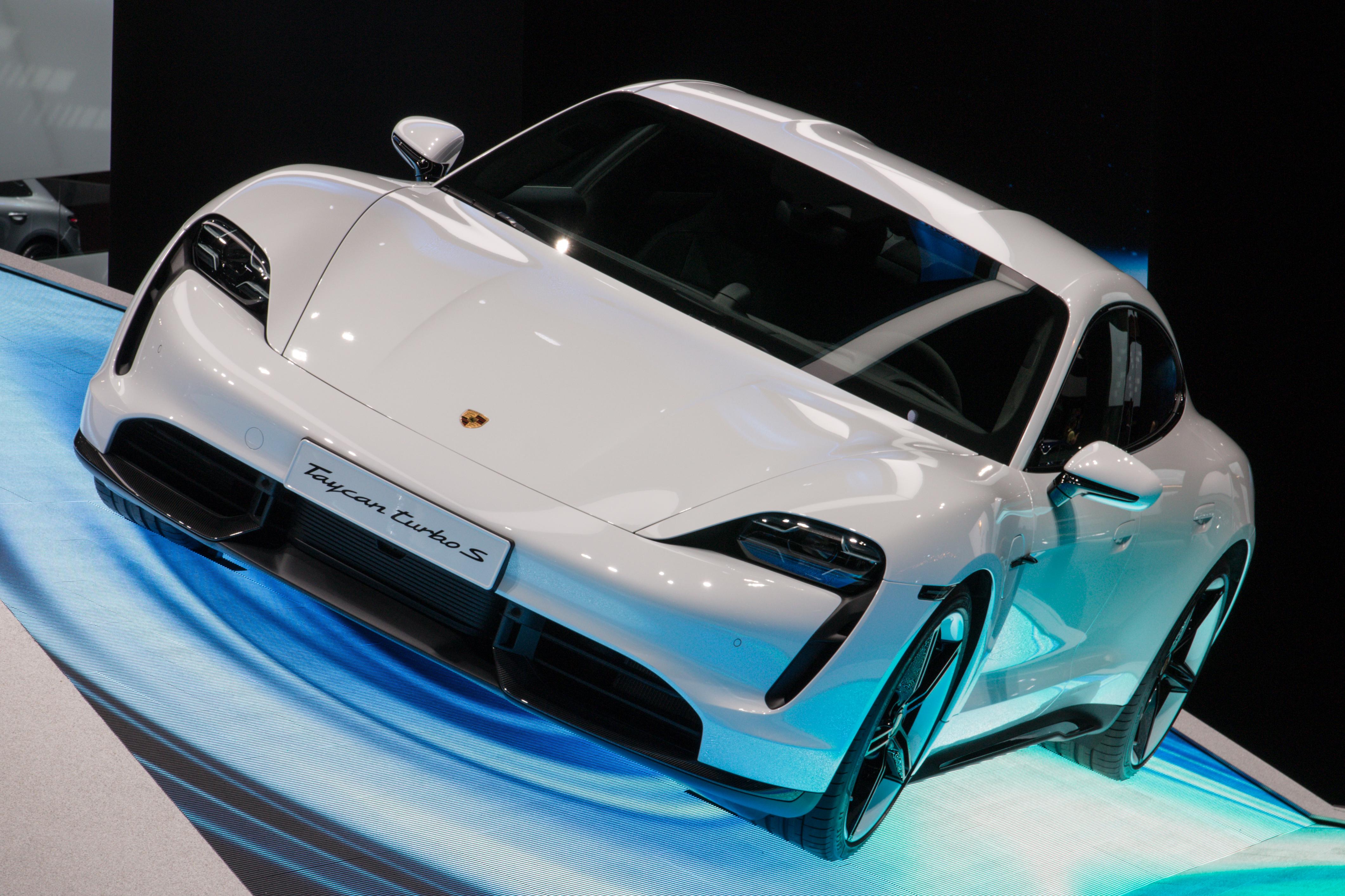 Ilgai laukti nereikėjo - Norvegija ketina apmokestinti brangius elektromobilius