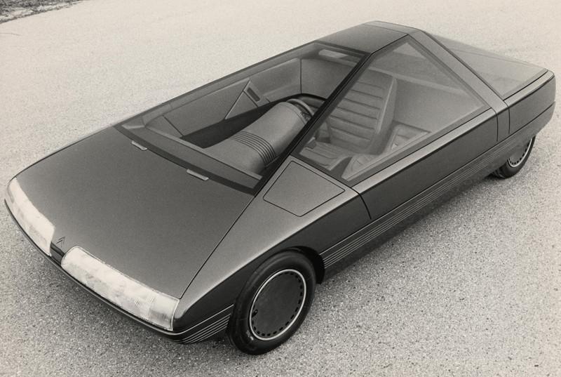 """""""Citroën Karin"""" – tarsi iš ateities atkeliavęs automobilis, atrodęs kaip piramidinis erdvėlaivis ant ratų: turėjo tokių dalykų, kurie ir šiandien nustebintų (Foto, Video)"""