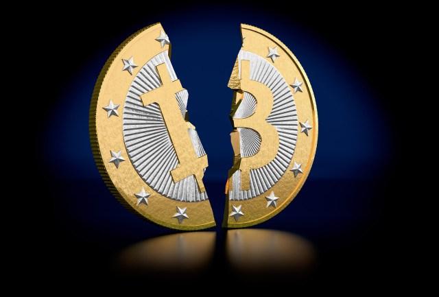 """Kinijos draudimas """"Bitcoin"""" vertę numušė beveik 35 %"""