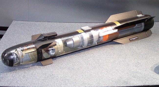 """Neįprasta kovinė raketa """"AGM-114R9X Hellfire"""": vietoje sprogmenų – ašmenys (Video)"""