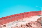 Donaldo Trumpo pastangos pastatyti sieną Meksikos pasienyje nuėjo veltui: didžiule sėkme vadinta siena pradėjo byrėti į gabalus (Foto, Video)