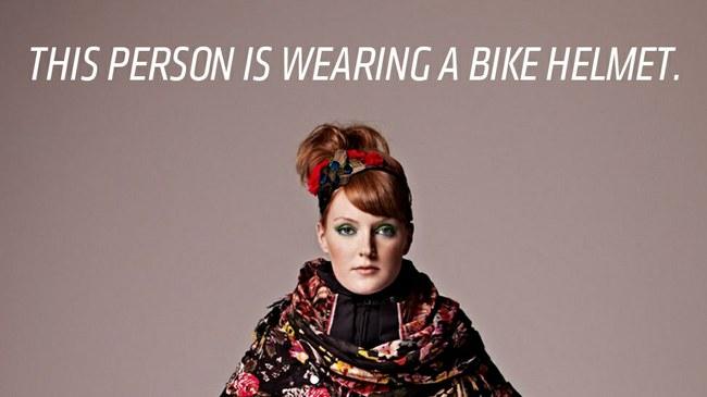 Šioje nuotraukoje matoma mergina segi dviratininko šalmą  ©jalopnik.com