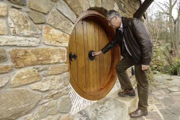 """Architektas Archeris atidaro """"Hobitų namo"""" duris.  ©AP Photo/Matt Rourke"""