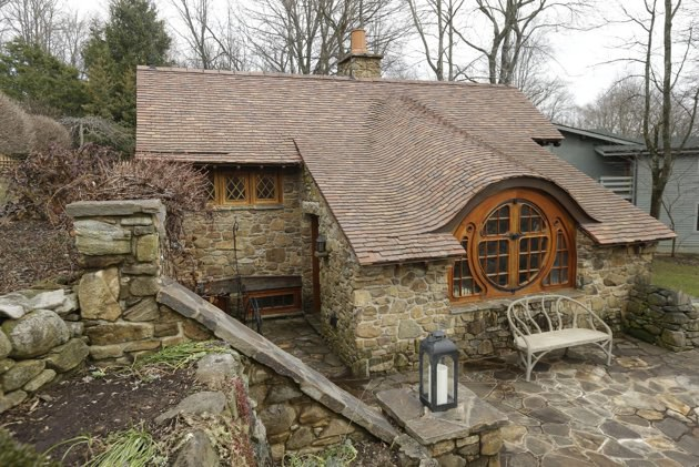 """Taip atrodo """"Hobitų namas"""" iš kiemo.  ©AP Photo/Matt Rourke"""